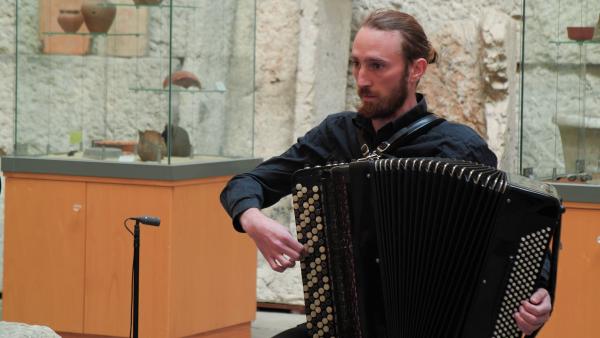 « 72 cordes, 18 chevalets, une table d'harmonie » Farnaz Modarresifar